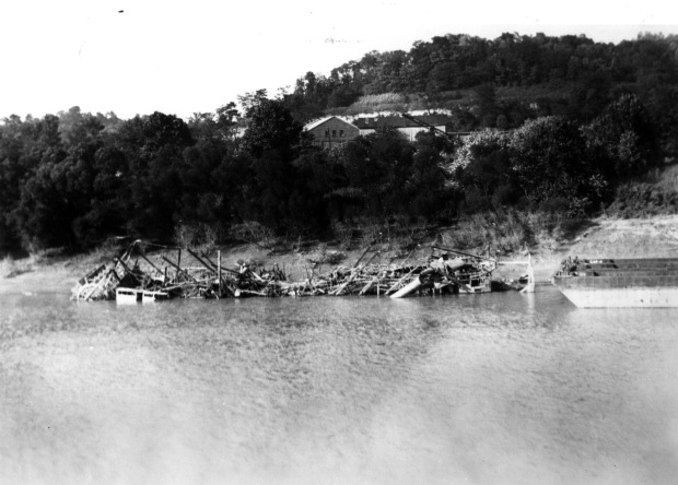 Riverboat Unknown - remains of an unidentified steamboat destroyed by fire