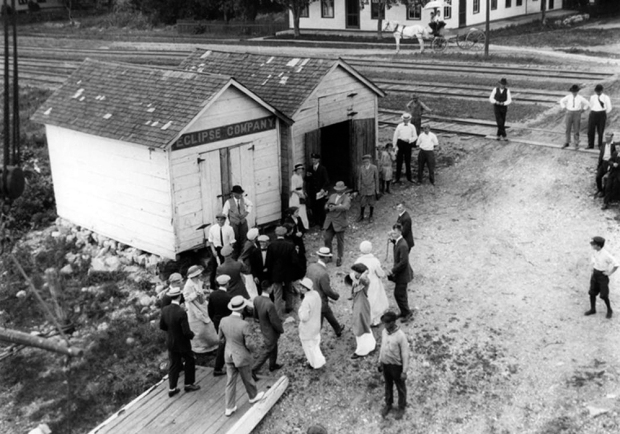 Passengers disembarking from the steamboat Quincy